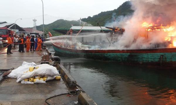 Kapal yang terbakar.