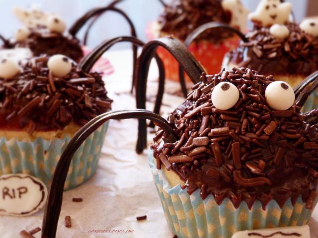 Arañas dulces o cupcakes con forma de araña para meriendas de halloween.