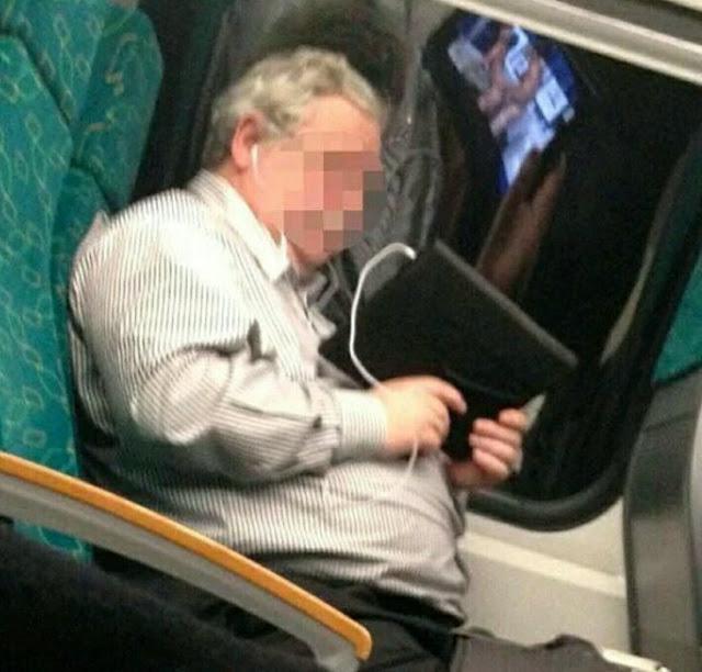 Já podemos imaginar o que este homem está vendo em seu tablet ... O reflexo o entregou!