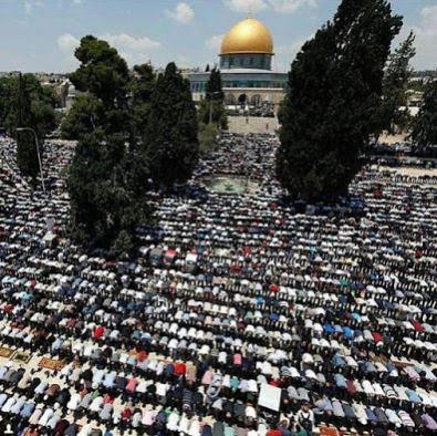Viral Video Kebiadaban Zionis Israel Bantai Umat Muslim Palestina Usai Sholat Jum'at di depan Masjid Al-Aqsa