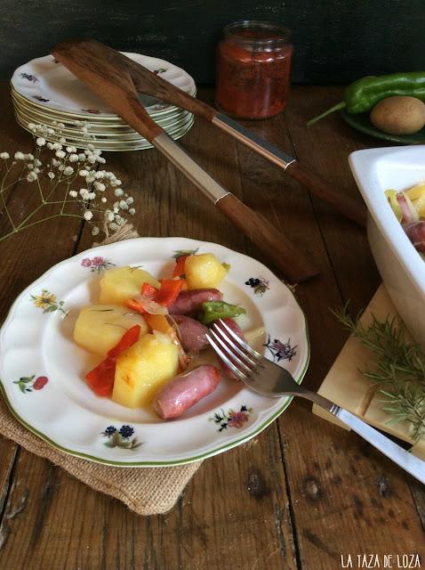patatas-al-horno-con-salchichas-frescas-y verduras