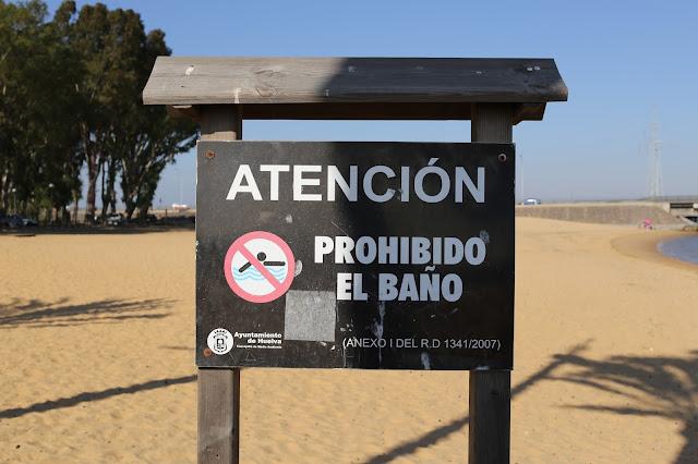 Letrero de prohibido el baño de la Playa Punta del Sebo