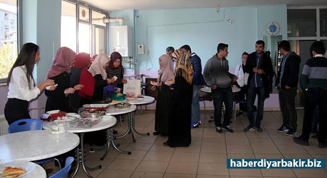 DİYARBAKIR-Diyarbakır'ın Kayapınar ilçesinde Özel Kayapınar Temel Lisesi öğrencileri tarafından yetim çocuklara destek olmak için kermes düzenlendi. Kermese öğrenci ve öğretmenler katıldı.