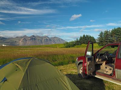 Coche camperizado en Islandia con tienda de campaña
