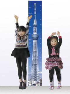 スカイツリーと背比べしている女の子の写真