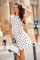 rochie-eleganta-alba-cu-buline-negre-si-inimioare
