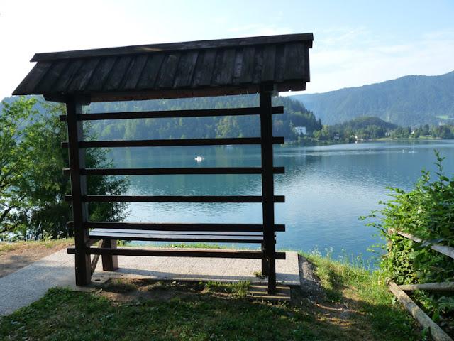 Foto de un banco imitando los Secaderos de heno, una construcción típica de los campos eslovenos. Lago Bled. Ruta en autocaravana por Eslovenia | caravaneros.com