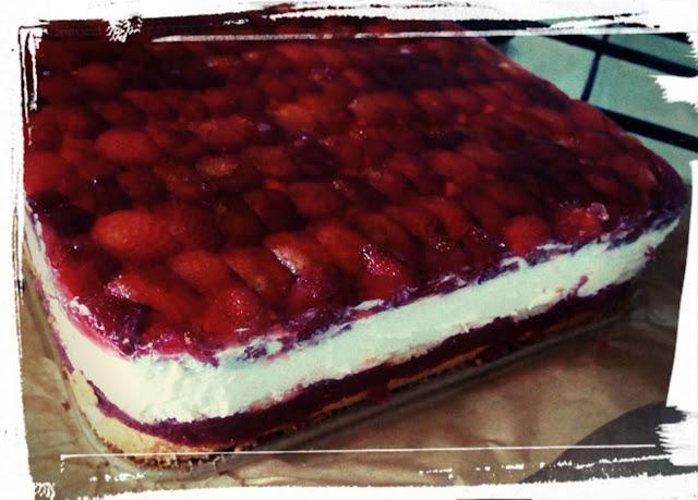 ciasto biszkopt z truskawkami bita smietana mascarpone galaretka musem truskawkowym