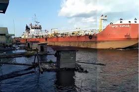 Video Detik-detik Kapal Tanker menabrak WC apung warga di Sampit Kalimantan Tengah