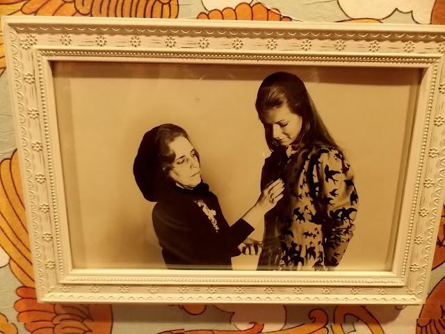 Zuzu Angel exposição Itau Cultural , a estilista com uma de suas modelos