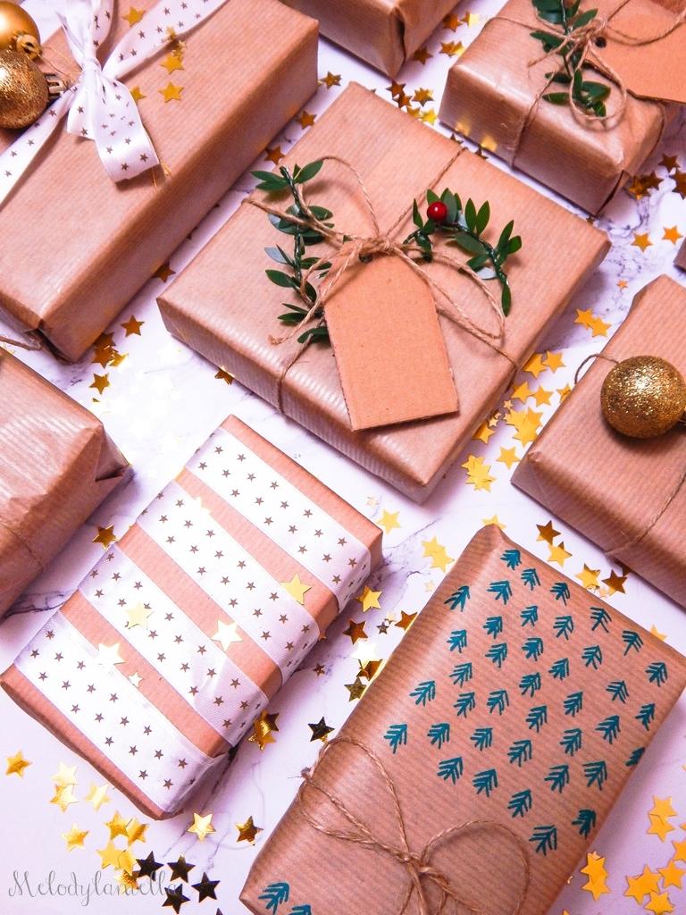 11 jak zapakować prezenty świąteczne w papier pakowy pomysły na pakowanie prezentów jak zapakować pudełko w papier jak ozdobić papier pakowy przy pakowaniu prezentów wstążki bombki złoto gałązki pakowy pap