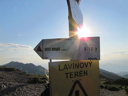 Tabliczka kierująca na szczyt Wielkiego Krywania.