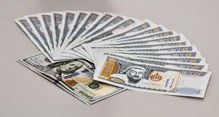 Dinero en abanico. Billetes de Mongolia y papel de cien dólares