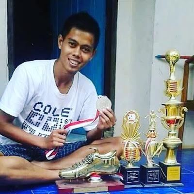 Miris, Mantan Pesepak Bola Ini Harus Menjual Sepatu Emasnya Untuk Pengobatan