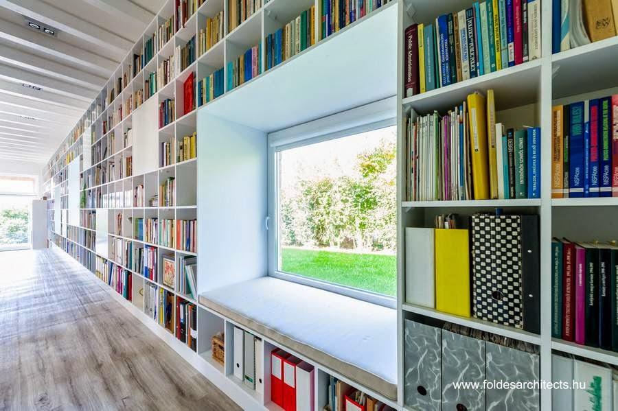 Biblioteca sobre muro de la derecha adentro de la residencia