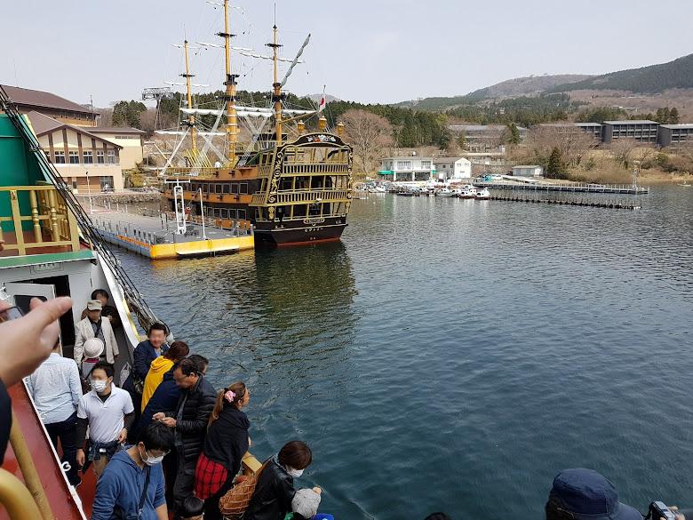 出港了,船邊擠滿人啊
