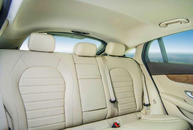 Băng sau Mercedes GLC 300 4MATIC Coupe 2018 thiết kế rộng rãi và thoải mái.