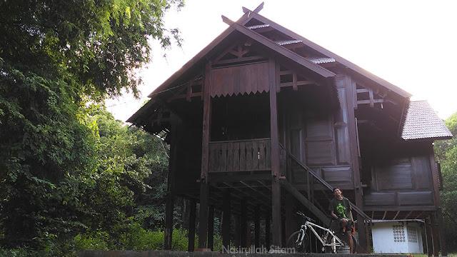 Berfoto di Rumah Adat Karimunjawa