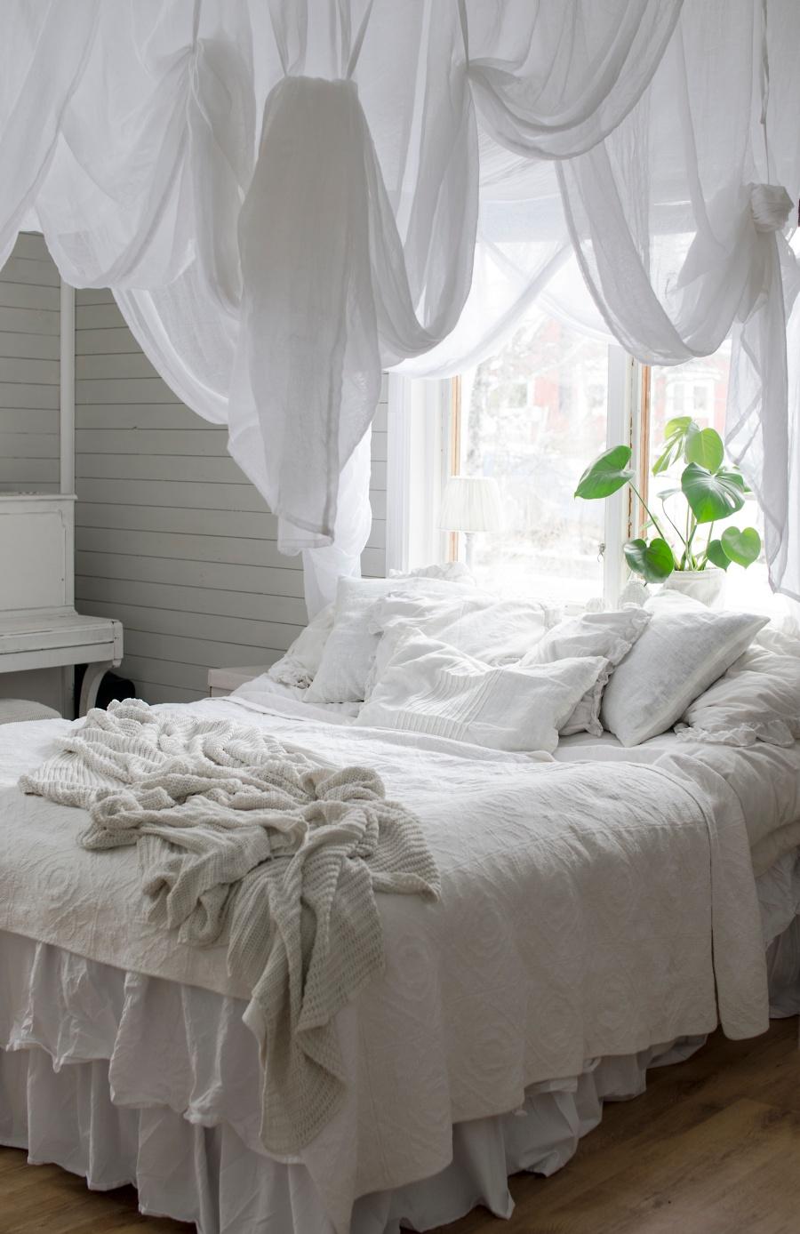 sovrum, inredning, sänghimmel ellos, piano i sovrummet, kalklitir, san sacraria