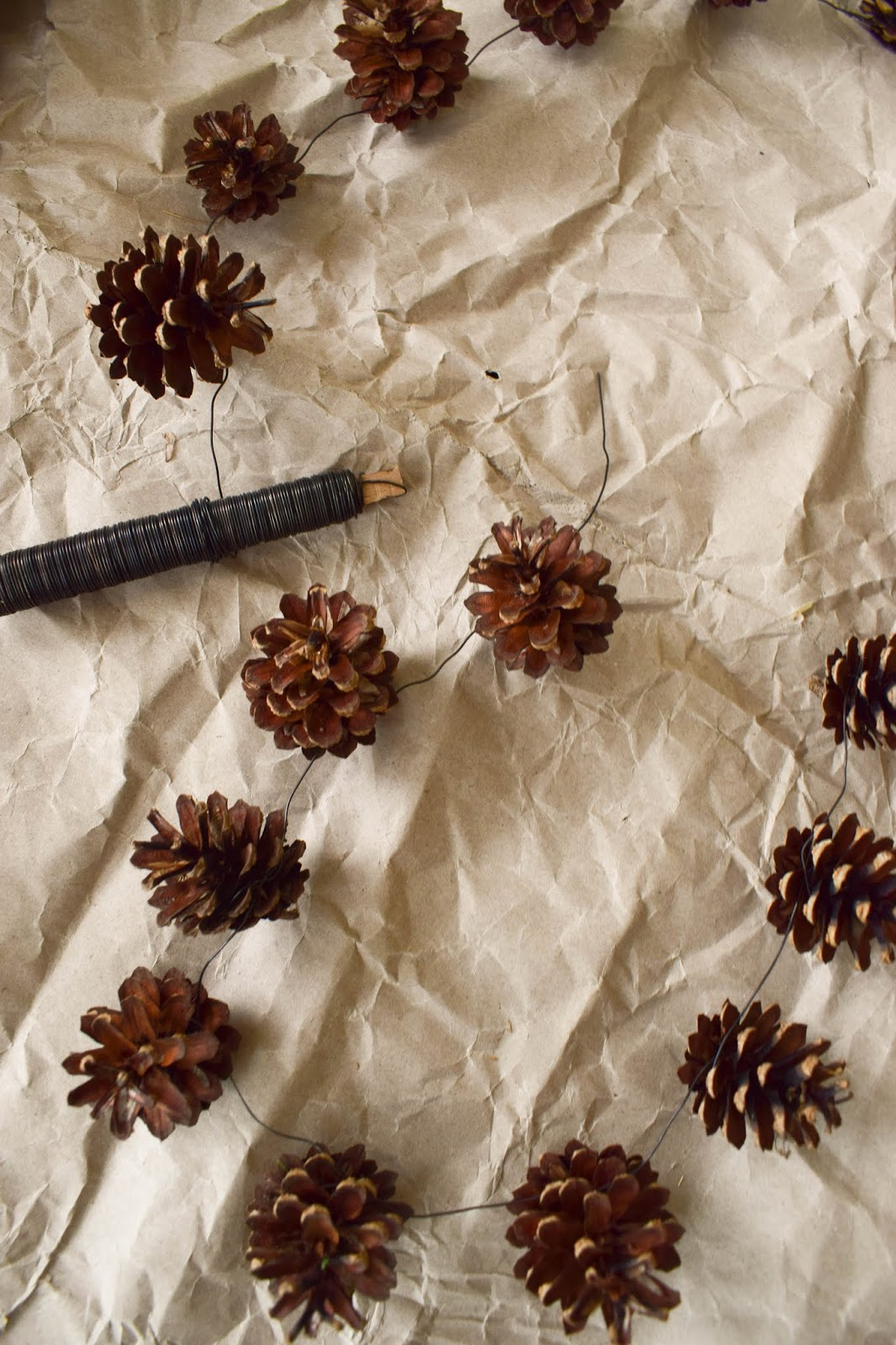DIY Zapfenkette selbstgemacht Weihnachtsbaum dekorieren Weihnachtsbaumschmuck basteln ganz natürlich aus Zapfen