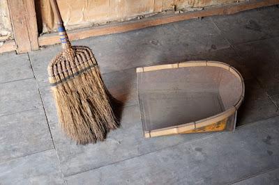 生坂村の古民家カフェ・ひとつ石の掃除 箒と塵取り