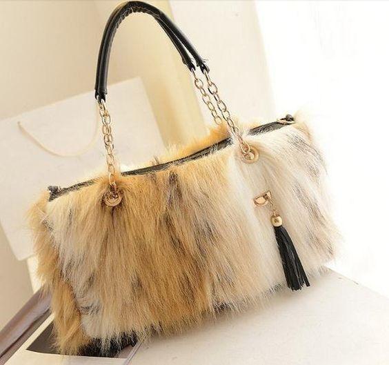 5cff77d0c59b5 لا ترمي الحقائب القديمة اعيدي تزيينها بالفرو وتصبح على الموضة Chic DIY faux  fur purse