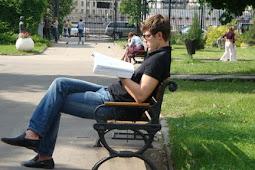Asyiknya Menunggu Sambil Membaca Buku