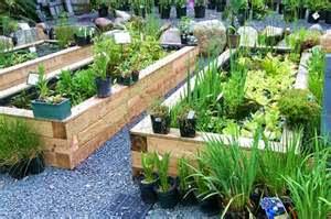 taman rumah juga dapat memberikan manfaat pada kesehatan jiwa anda, taman dapat menjadi tempat penghilang stres dan tempat bersantai keluarga kala anda penat dengan urusan pekerjaan di kantor seharian.