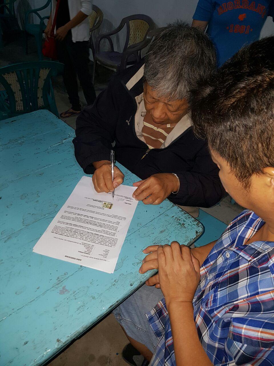 Keluarga Korban saat menandatangani surat pernyataan menolak untuk dilakukan autopsy terhadap jenazah korban.