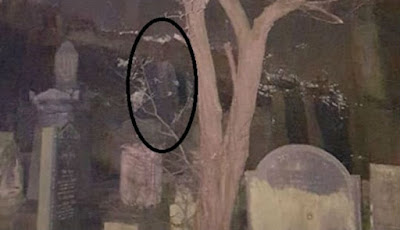 Hantu di atas batu nisan
