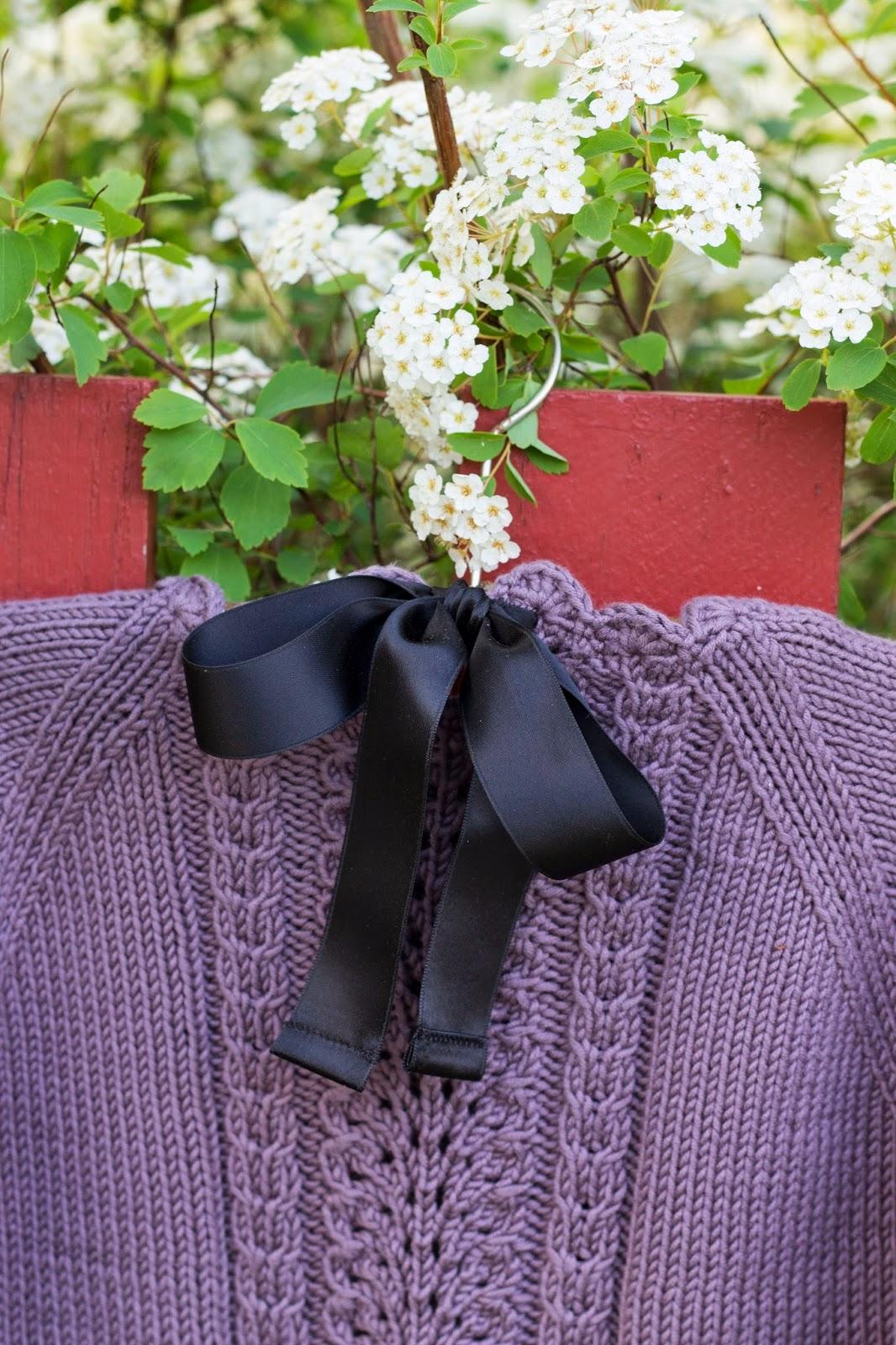 cd1ac269 Strikker man den i ull får man en fin pyntet og varm genser til kaldere  dager. Nå skal jeg strikke en variant i Dale Lerke (ull/bomull) og jeg  skriver ...