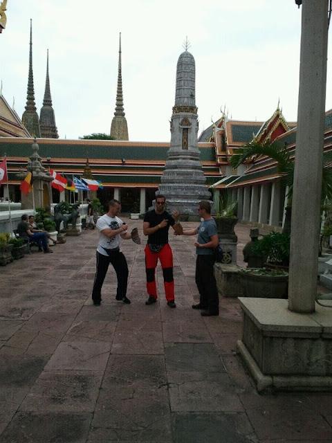 Haciendo artes marciales en el templo