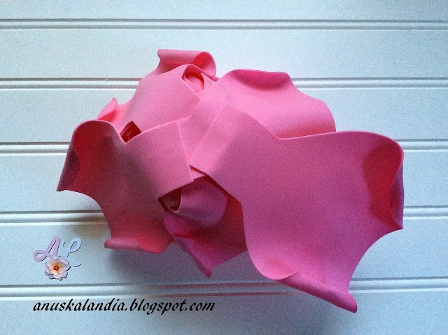 Rosa-gigante-en-goma-eva-o-foamy-19-pegar-pétalos-parte-posterior-Anuskalandia