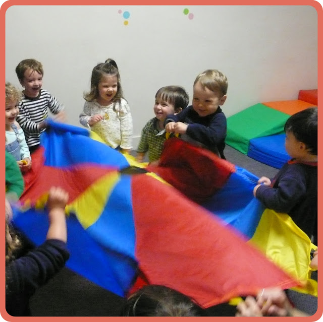 Niños jugando en la guardería