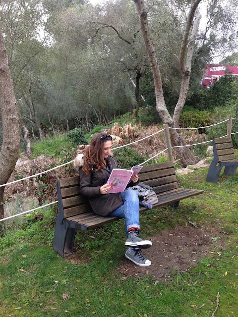 uma das bloggers a ler uma revista no parque