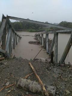 Proyeknya Sedang Dikerjakan, Jembatan Krueng Teukuh Ambruk Diterjang Arus Air