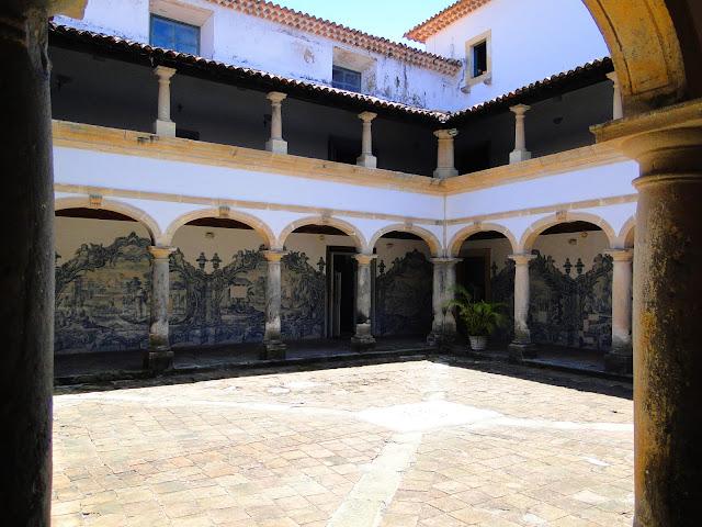 Pátio interno do 1° Convento da Ordem dos Franciscanos no Brasil