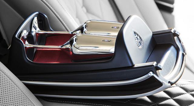 Cặp ly champagne Mercedes Maybach S560 4MATIC 2018 được mạ bạc sáng bóng do Robbe & Berking chế tác bằng thủ công