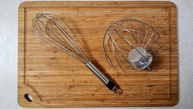Fouet à main et fouet pour robot pâtissier.