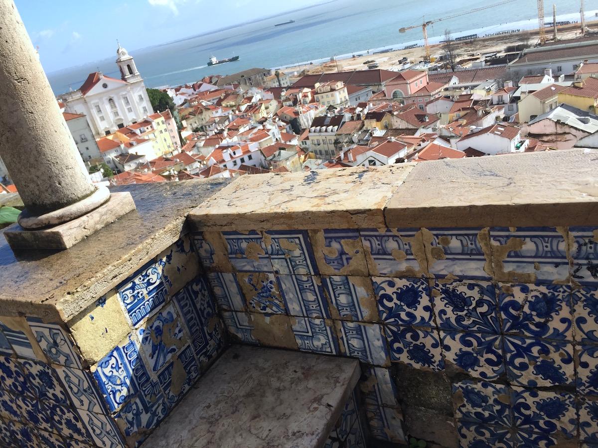 Miradouro Portas do Sol Santa Luzia view lisbon Blick Aussicht Lissabon Rooftop Castelo Brücke