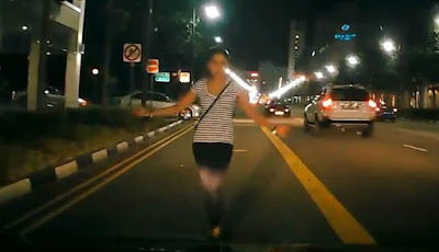 Hadang Mobil, Wanita Ini Langsung Memaki-maki Pengendara