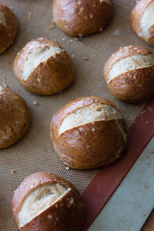 Panes de pretzel de masa suave ideales para pulled pork. Receta vía elgatogoloso.com