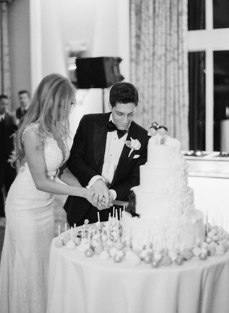 Cutting the cake at Jenna and Chad's Willow Ridge Country Club Wedding | Karen Hill Photography