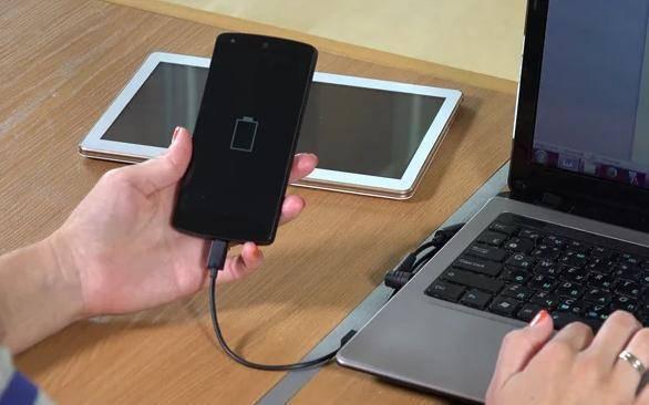 charge smartphone menggunakan laptop atau power bank - Ciri Baterai Smartphone Bocor