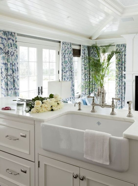 Adding blue and white to your kitchen design doesn't have to involve paint or new appliances, blue accessories can make a compelling design statement! #countrykitchen #blueandwhite