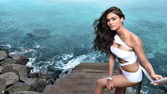 actress in bikini