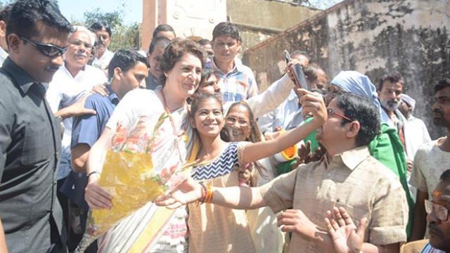 Priyanka Gandhi Selfi with Kids