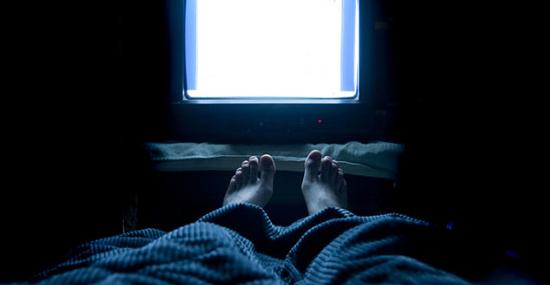 Dormir com telas ligadas prejudica a saúde e pode causar insônia grave - Capa
