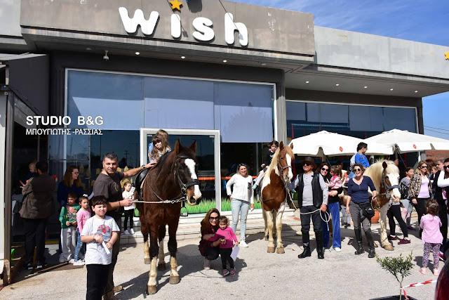 Μικρά παιδιά στο Ναύπλιο ξετρελάθηκαν κάνοντας βόλτες με άλογα στο WISH (βίντεο)