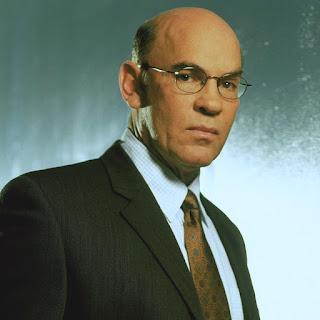 Director adjunto Walter Skinner (Mitch Pileggi)